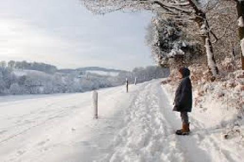człowiek na śniegu