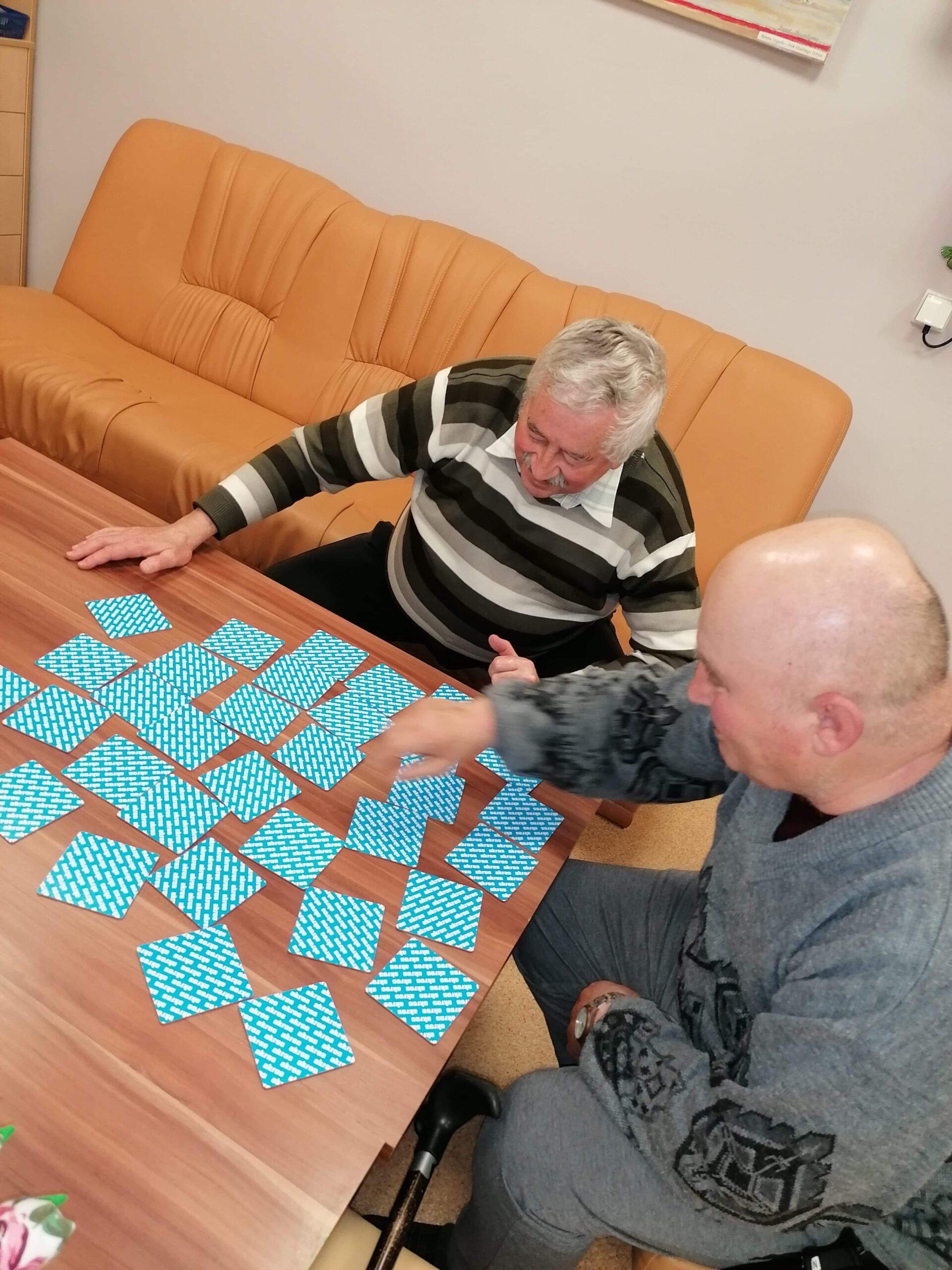 zdjęcie seniorów grających w karty