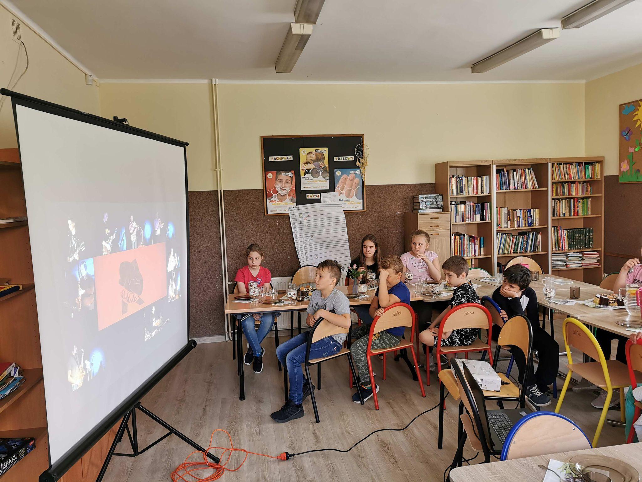 zdjęcie siedzących dzieci