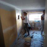 Kobiety malujące ściany pomieszczenia