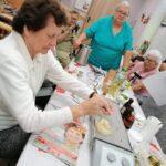 grupa kobiet podczas zajęć kulinarnych