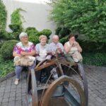 grupa siedzących ludzi