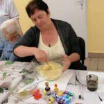 kobieta mieszająca ciasto na babeczki