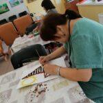 kobieta podczas wykonywania prac plastycznych