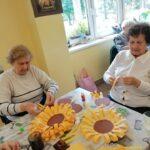 kobiety podczas prac plastycznych z papieru